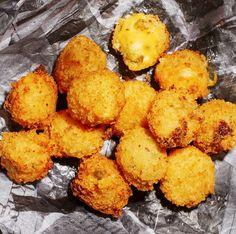 Hemmagjorda, friterade ostägg i ett enkelt recept som dock kräver lite fingerfärdighet. Du formar bollarna av en deg med riven ost och jalapeño, panerar dem i panko - det frasiga asiatiska ströbrödet - och friterar dem i olja. Gott!