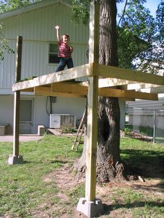 Tree House in progress – Jimmy Cracked Corn - Modern Design Backyard Playground, Backyard For Kids, Tree House Playground, Backyard Fort, Simple Tree House, Diy Tree House, Tree House Plans, Cool Tree Houses, Pallet Tree Houses