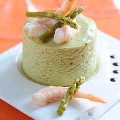 This light recipe of bavarois with green asparagus and shrimp will surprise everyone. An original entry to cooking for a festive meal. Spicy Chicken Pasta, Bacon Pasta, Sage Butter Pasta, Polenta Vegan, Tofu Sandwich, Desserts Ostern, Easter Desserts, Baked Tofu, Light Recipes