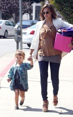 Jessica Alba Celebrity Moms, Celebrity Style, Jessica Alba Style, Mom And Dad, Capsule Wardrobe, Role Models, Cute Kids, Latest Trends, Celebs
