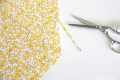 Cut a CONTINUOUS strip of BIAS TAPE (from one small square of fabric).a quick way to cut up some bias tape, without wasting fabric! Quilt Binding, Bias Binding, Sewing Binding, Sewing Terms, Sewing Patterns, Dress Patterns, Stitching Patterns, Quilt Stitching, Coat Patterns