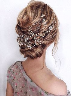 Want to add something beautiful to your wedding look? See our collection of wedding flower crowns & hair accessories which was made to inspire you! Tolle Desserts, Flower Crown Wedding, Flower Crowns, Life Is Too Short Quotes, Life Quotes, Cooler Style, Flower Crown Hairstyle, Wedding Updo, Wedding Bride
