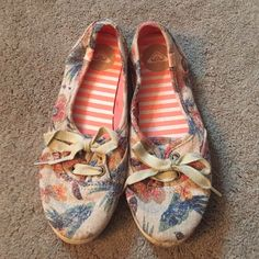 Floral Vintage Pattern Roxy Shoes Worn only once! Perfect casual shoes for the summer! Roxy Shoes Flats & Loafers