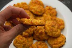 Buñuelos de calabaza y zanahoria al horno 2 tazas de la verdura que más te guste cocida, si es calabaza y zanahoria como en mi caso va rallada y cruda. 1 huevo 2 cucharadas de harina 2 cucharaditas de polvo de hornear 2 cucharadas de queso rallado Orégano, nuez moscada, sal y pimienta a gusto
