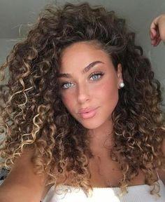 The Best Ways To Style Short Curly Hair - .-Die besten Möglichkeiten, kurzes lockiges Haar zu stylen – Kurzes lockiges Haa… The best ways to style short curly hair – cut short curly hair with side bangs. Best ways to get short curly hair – - Curly Hair Styles, Curly Hair Cuts, Natural Hair Styles, Natural Beauty, Brown Curly Hair, Long Natural Curls, Curly Hair Side Part, Blonde Curly Hair Natural, Natural Makeup