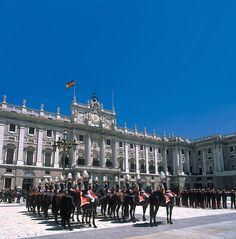 El Palacio Real de Madrid también tiene cambio de guardia