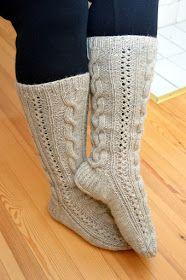 Tämä sukkamalli on kaunis, mutta alkuperäisohjeella sopii hyvin kaposeen jalkaan. Olen sen ohjeen mukaan kutonut aiemmin . Nyt kuitenkin m...