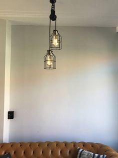 Wat krijg je als je een industrieel katrol met fantastisch strijkijzersnoer combineert? Precies: deze super industriële hanglamp voor aan het plafond! Door deze combinatie lijkt de lamp zo uit een loft of boerderij te komen. Dankzij industriele looks van de katrol en het vintage touw, past