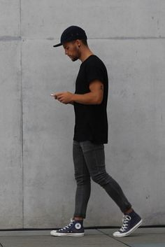 Un look bastante minimalista pero estiloso, es llevar skinny jeans grises, camiseta larga negra, y los Converse tipo botines.   33 Formas en las que los hombres pueden usar Converse en cualquier ocasión