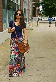 Floral maxi skirt, navy tshirt, and brown leather bag. I would love a floral maxi similar to this. Mode Style, Style Me, Hair Style, Look 2015, Maxi Skirt Outfits, Maxi Skirt Outfit Summer, Lularoe Maxi Skirt, Maxi Skirt Work, Dirndl Skirt