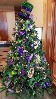 Christmas tree purple mardi gras Super Ideas - Before After DIY Unique Christmas Trees, Purple Christmas, Christmas Tree Themes, Holiday Tree, Xmas Tree, Holiday Fun, Irish Christmas, Vintage Christmas, Mardi Gras Wreath
