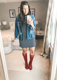 Rainy season is here, making it hard to figure out what to wear. I have put together 10 simple and easy rainy day outfits with your rain boots. Summer Rain Outfits, Cute Rainy Day Outfits, Rainy Day Outfit For Work, Summer Outfits For Moms, Mom Outfits, Spring Outfits, Outfit Of The Day, Travel Outfits, Teacher Outfits