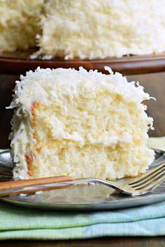 The delicious, brand-new white cake recipe is used to create this perfect coconut cake! The delicious, brand-new white cake recipe is used to create this perfect coconut cake! Best Coconut Cake Recipe From Scratch, Cake Recipes From Scratch, Heavy Cake Recipe, 2 Egg Cake Recipe, Best White Cake Recipe, Köstliche Desserts, Delicious Desserts, Dessert Recipes, Yummy Food