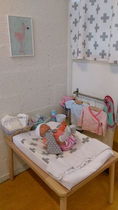 De poppenhoek bij Kinderdagverblijf Triade is een groot succes. De echte materialen in de sfeervolle hoek zorgen ervoor dat kinderen heel betrokken met het spel bezig zijn.