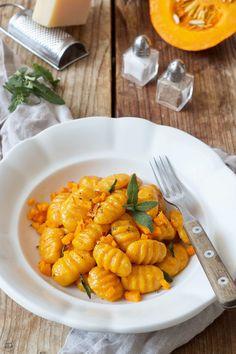 Pumpkin Gnocchi Recipe Homemade Pumpkin Gnocchi with Sage Butter. // homemade pumpkin gnocchi - easy pumpkin gnocchi with sage butter sauce recipe. // Sweets & Lifestyle®️️️ # gourd # gourd gnocchi Pumpkin gnocchi with sage butter - re Baked Gnocchi, Gnocchi Recipes, Seafood Recipes, Gnocchi Sauce, Vegetarian Sweets, Vegetarian Recipes, Healthy Recipes, Beginner Vegetarian, Sage Butter Sauce