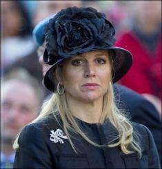 Máxima's eerste publieke optreden als koningin zit erop! Vanavond was zij samen met koning Willem-Alexander aanwezig bij de plechtige dodenherdenking op de Dam in Amsterdam. jas uit 2006. Ook de schoenen zijn ondertussen vaak gedragen, met name tijdens dodenherdenkingen. In plaats van parels koos de koningin dit jaar voor haar strikbroches, die ze voor het eerst droeg in 2006.