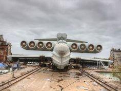 エクラノプラン00  < 「エクラノプラン」とはソビエト連邦で開発された地面効果翼機の総称で、冷戦期にはカスピ海に輸送・戦術ミサイル戦力として配備された歴史を持ちます。  平らな地面や水面すれすれを飛ぶことで、高速性と大量輸送を可能とした「エクラノプラン」ですが、独特で奇妙な形状から「カスピ海の怪物」とアメリカ側から称されました。  写真のものは全長73.8mの「ルン」型と呼ばれるミサイル艇。