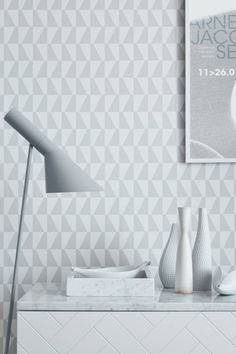 Trapez Arne Jacobsen tapet på www. Hallway Wallpaper, Wallpaper Decor, Geometric Wallpaper, Pattern Wallpaper, Grey Wallpaper, Wallpaper Ideas, Arne Jacobsen, Scandinavian Wallpaper, Scandinavian Interior Design