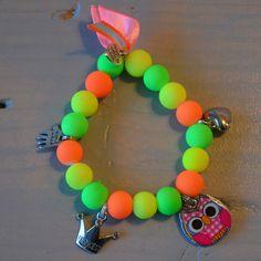 Armbandje in neon kleuren met roze uiltje en bedeltjes | Welkom op Mirries.nl