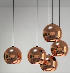 Descubre esta lampara colgante cobre que sin duda sera la protagonista por brillar por si misma. Ideal para destacar en espacios blancos y claros.