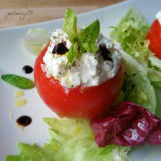 Pomodori ripieni di fiocchi di latte con insalata e glassa gastronomica