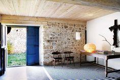 Un amplio recibidor con paredes de piedra vista