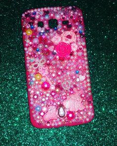 Eccomi al ritorno dal mio moto creativo.....  vi presento la mia back cover rosa fucsia...un mix di strass e swarovski...e inserti realizzati in ceramica e dipinti a mano in princess style... Buone vacanze a tutti💞💞💞🎀 ci rivediamo a settembre #creation #creazioni #covercase #cover #Samsung #rosa #colcuore #handmade #princess #ceramic #swarovski #strass #bricolage #fairy #fairytale