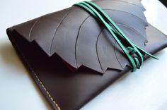 Blague à tabac en forme de feuille en cuir couleur prune : Etuis, mini sacs par nezbuleuse