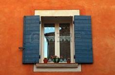 vecchi franchi finestra aperta con persiane blu in casa rossa, Provenza, Francia foto