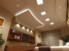 Ein Wohnzimmer mit Deckensegel und integrierter, indirekter Beleuchtung