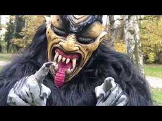 Krampus trifft auf Einhorn  Ja was ist da denn los?  Voller Spaß sind die Einhörner durch den Park gehüpft bis sie auf eine Herde Krampusse gestoßen sind. Sie hatten erst vollen Respekt vor den Ungetümen und ihnen war etwas mulmig zu mute. Doch als wahre Einhörner hatten sie Zauberkräfte. Voller Magie und mutig wie nie gingen sie auf die Krampusse zu und was dann noch passierte seht ihr im Film… Lion Sculpture, Statue, Film, Fictional Characters, Art, Respect, Be You Bravely, Movie, Art Background
