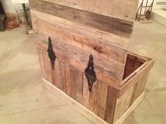 Hidden Compartment DIY Pallet Wood Chest | Pallet Furniture DIY