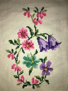 This Pin was discovered by HUZ Small Cross Stitch, Cross Stitch Borders, Cross Stitch Flowers, Cross Stitch Patterns, Hardanger Embroidery, Cross Stitch Embroidery, Embroidery Patterns, Hand Embroidery, Bordados E Cia