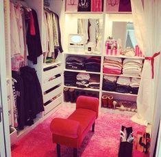 I like this walk in closet cuz it's not toooooo big so it looks like these people r bragging but a nice size
