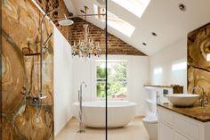 La progettazione di un bagno in #mansarda che segue la pendenza del tetto