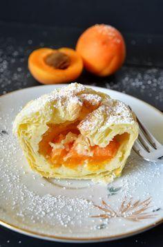 Fruchtige Blätterteig-Käsekuchen-Päckchen: Blätterteig  in Muffinform 2 Löffel Käsecreme drauf , Obst rein, oben  zu machen.