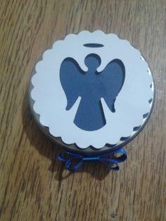 """Lindas latinhas 'Mint To Be"""" de alumínio na cor prata no tamanho 5cm x 1 cm.  Decoração em papel para scrapbook importado, fita de cetim estilo chanel e detalhe em strass.  Valor referente a latinha vazia.    Opções:    - Latinha + mini terço = R$ 4,25  - Latinha + confete = R$ 4,25  - Latinha + terço ou confete + tag + saquinho = R$ 4,75      Consulte-nos para outras opções R$ 4,25"""