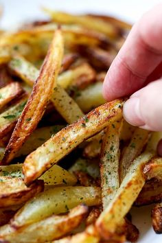 Fryer Salt And Pepper French Fries The Best Air Fryer French Fries - A healthy air fryer fries recipe (vegan) that makes a perfect easy homemade meal for those looking to loose weight - but not flavor! Air Fry French Fries, Best French Fries, French Fries Recipe, Homemade French Fries, Grub Recipes, Vegetarian Recipes, Healthy Vegan Snacks, Healthy Recipes