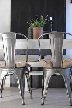 Shop Structube's unique and contemporary dining room chairs at affordable prices. Shop a large variety of modern wood, metal and fabric kitchen seats. Metal Dining Room Chairs, Retro Cafe, Kitchen Fabric, Kitchen Wood, Home Deco, Decoration, Pink Chairs, Beach Chairs, Side Chair