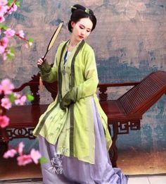 Chinese hanfu 除了里层的竹叶褙子 其他都换料子了 外层的渐变料子 以前类似草绿 现在是苹果绿了 两个风格了都。。。 以后会拍成衣图的 到时候再拍也行 裙子料子 质地换了 原本是真丝雪纺 现在是真丝顺纡 颜色相差的到是不多 雪青色 蛮好看的 素雅有气质 用料: 外层褙子:渐变真丝雪纺 里层褙子:提花加印花真丝绢纺(料子厚的 不是夏天的轻薄款) 下裙:真丝顺纡 衬里丝棉 (via 竹里馆昨晚的上新〜〜_汉服商家吧_百度贴吧)  竹里馆 http://shop57864110.taobao.com/