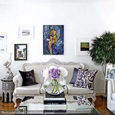 Die opulente Wohnzimmereinrichtung wird vor allem durch den Spiegel-Couchtisch und der Couch im Barock-Stil unterstrichen.  - mehr auf roomido.com