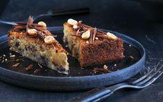 Få opskriften på en lækker og saftig marcipankage med 2 x chokolade og knasende hasselnødder.