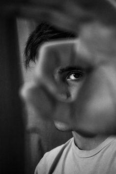 photography poses for men Schwarz Wei Portrt Mnner Hand Pose Inspiration kreativ Closeup Posing Idee Fotografie Photos Portrait Homme, Photo Portrait, Men Portrait, Artistic Portrait, Portrait Ideas, Creative Portrait Photography, Photography Poses For Men, Photography Lighting, Professional Photography