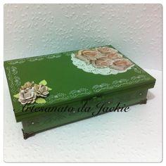 Scrapdecor: caixa da MDF Artesanatos MG, papel da Litoarte SD004; stencil.