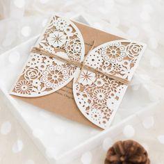 Faire part de mariage rustique avec pochette en dentelle florale JM707