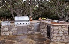 Bob Vila talks about how to craft the perfect outdoor kitchen.