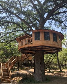 Here's the Bibliothèque Treehouse Could be my favorite of all time, but that's impossible to say. The arborist thinks… Here's the Bibliothèque Treehouse Could be my favorite of all time, but that's impossible to say. The arborist thinks… Adult Tree House, Tree House Plans, Tree House Homes, Beautiful Tree Houses, Cool Tree Houses, Amazing Tree House, Good House, My House, Woodland House