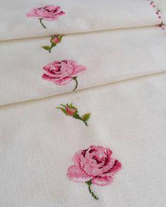Fotoğraf açıklaması yok. Cross Stitch Flowers, Hand Embroidery, Cross Stitch Rose, Vintage Floral Prints, Cross Stitch Embroidery, Cushions, Christmas Cushions, Hand Embroidery Stitches, Crosses