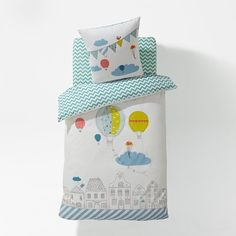 BALLON VOLE printed duvet cover. Hot air balloons and bunting on a white background on the front, green zigzag stripes on the back. Envelope-style opening.(57 threads/cm²). The higher the thread count, the higher the quality of the weave.Washable at 60°.140 x 200 cm (single).100% cotton
