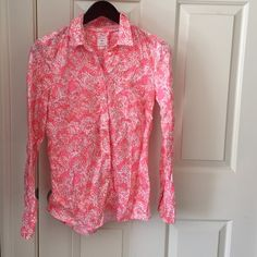 Spring fitted boyfriend button down. Pink all over pattern. Had orange and salmon and cream details in the pattern. Perfect for spring work wear!! GAP Tops Button Down Shirts
